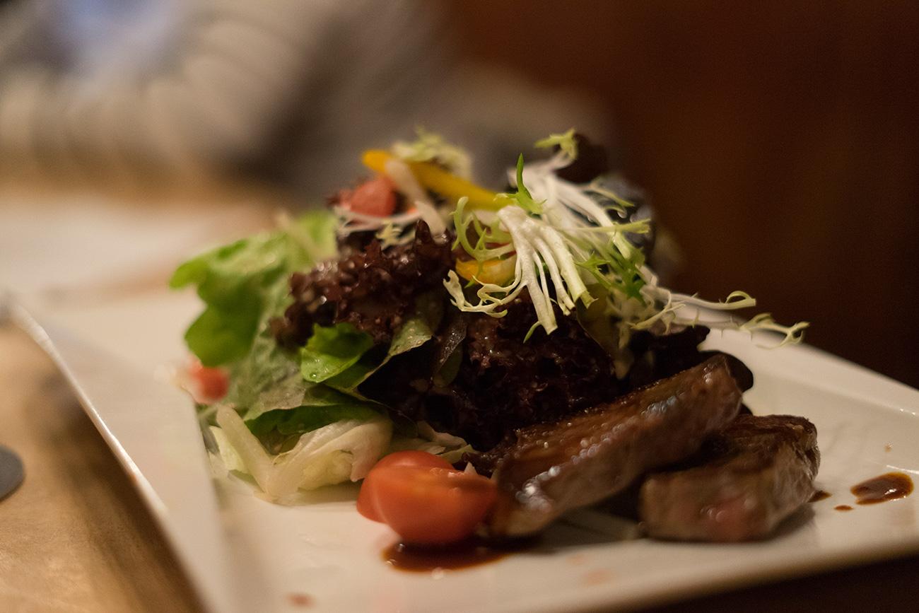 Steaksalat im fidelen Affen (c) STADTBEKANNT Zohmann