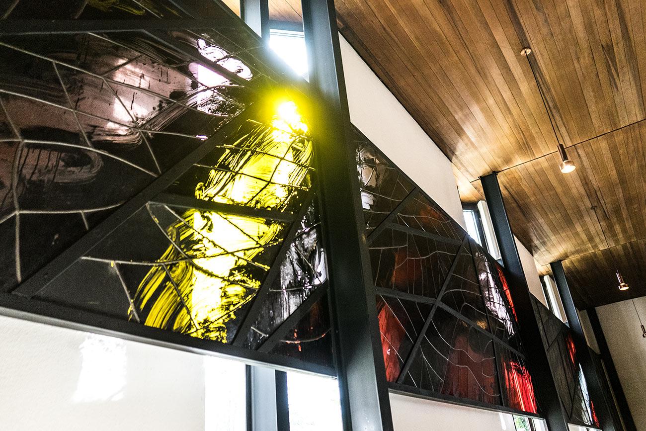 Glasfenster von Prof. Josef Mikl im Pfarramt Lehen (c) STADTBEKANNT Zohmann