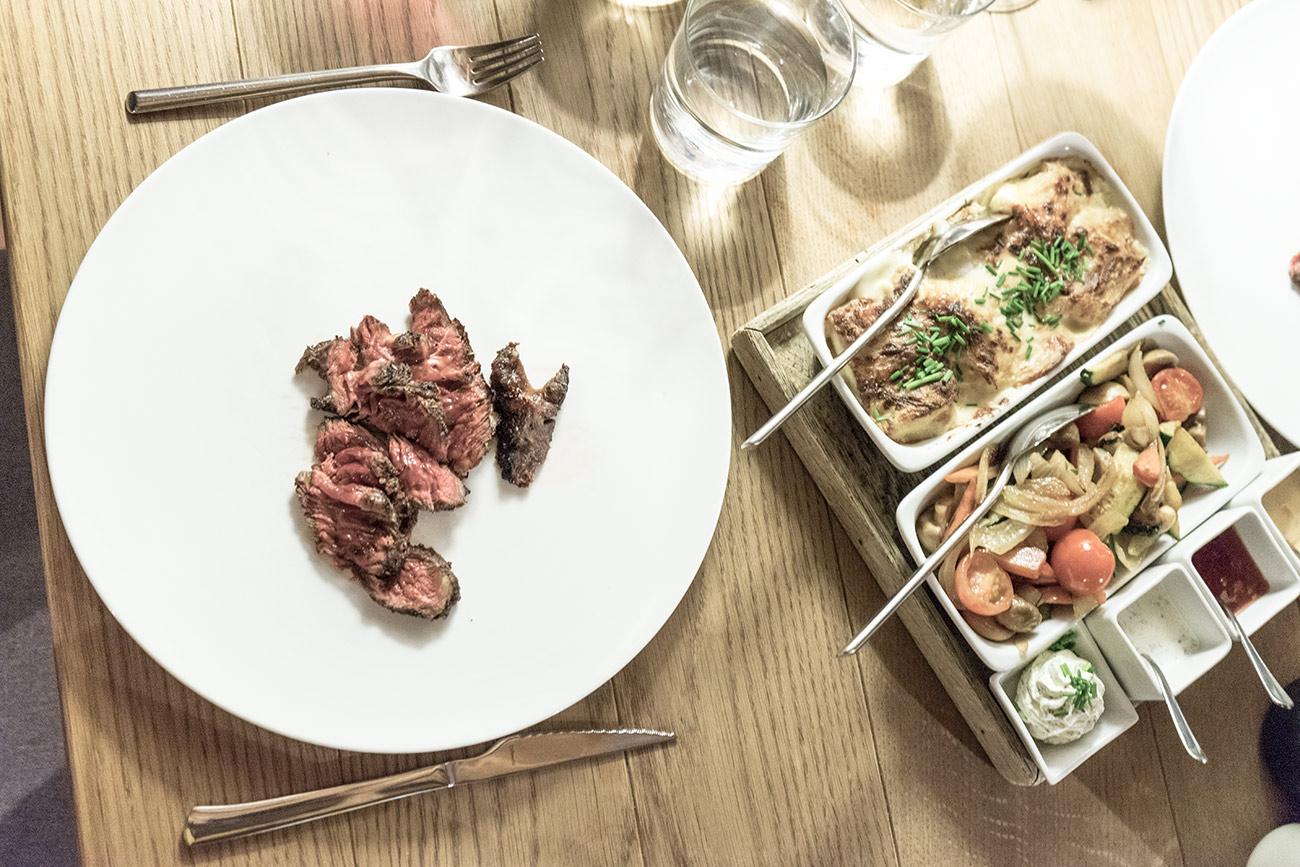 Angusta Steak mit Beilage (c) STADTBEKANNT Zohmann