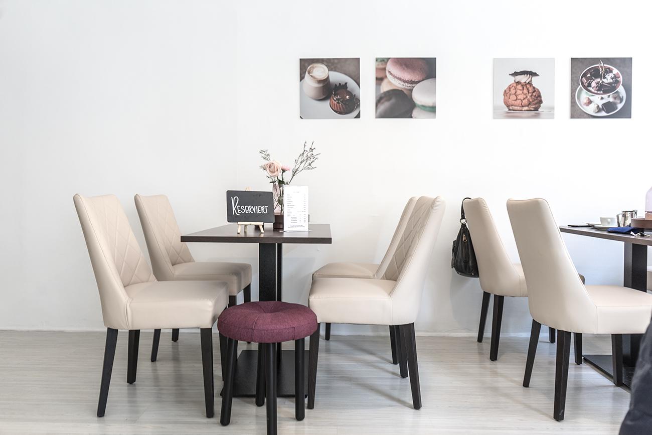 Tische im Café M Passione (c) STADTBEKANNT Zohmann