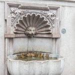 Erhard-Brunnen am Sockel der Erhard-Kirche (c) STADTBEKANNT Zohmann