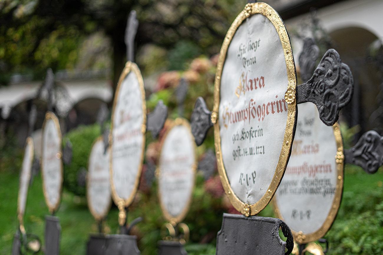 Sieben Kreuze am Petersfriedhof (c) STADTBEKANNT Zohmann